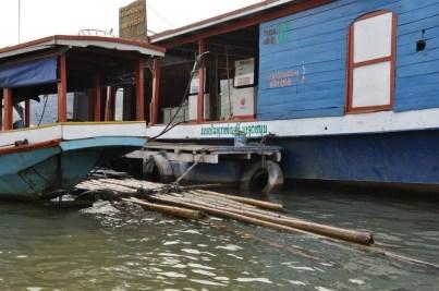 Tankowanie na Mekongu.