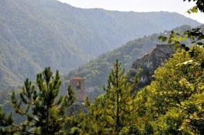 Asenowa Krepost: po lewej na dole cerkiew, po prawej u góry ruiny twierdzy cara Asena (z flagą). Wybudowano ją w XI-XII wieku po to, by broniła szlaku z Płowdiwu do Konstantynopola.