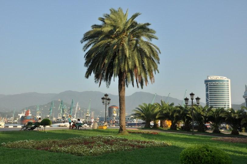 """W """"Bezdrożach"""" napisali: """"Swoim klimatem i architekturą przypomina bardziej stolicę jednej z karaibskich bananowych republik w połączeniu z Las Vegas niż centrum gruzińskiego regionu."""" Rany! Ale ułańska fantazja!"""