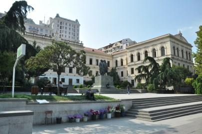 Przy Alei Rustawelego są zlokalizowane muzea, budynki rządowe, opera, czyli to główna i najważniejsza arteria Tbilisi.
