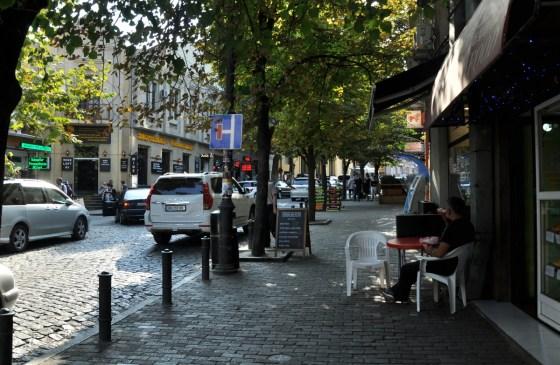 Centrum Tbilisi to w większości zielone uliczki o niskiej, starej zabudowie. Drzewa dają dużo cienia, więc w upale dobrze się chodzi po mieście.
