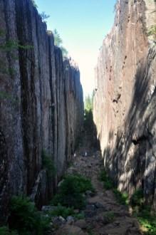 Szczelina Slåttdalsskrevan - 7 m szerokości, 40 m wysokości.