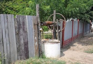 Dużo studni znajduje się przed domem, wręcz przy ulicy.