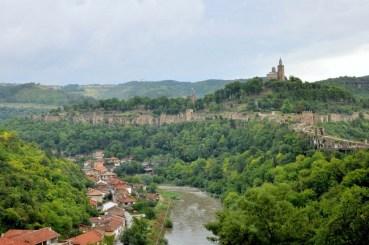 Rzeka Jantra i Wzgórze Carewiec z ruinami zamku (XII-XIV wiek), obwarowań (XIII wiek) i cerkwią.