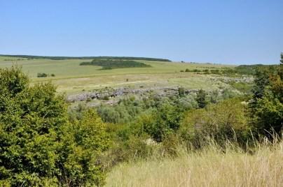 Skałki w trawie stanowią górną część uskoku, w którym znajduje się jaskinia Dewetaska.