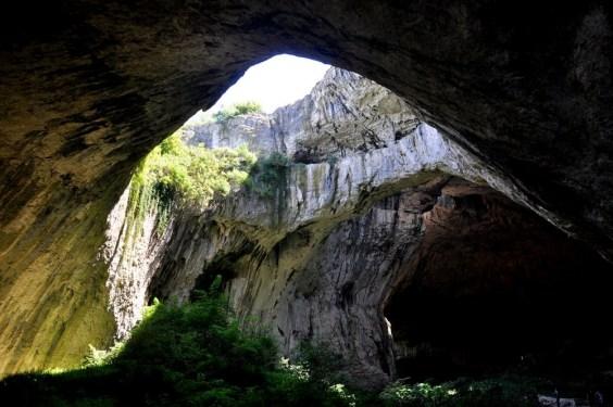 Jaskinia stanowi ogromne groty o wysokości nawet do 60m. W przeszłości była obiektem wojskowym, wykorzystywana jako magazyn paliw, rezerw żywności oraz jako magazyn rakietowy.