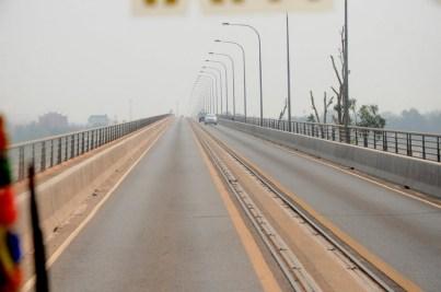 """Zmiana kraju, ustroju i kierunku ruchu - """"Friendship Bridge"""" nad Mekongiem, granica prawo/lewo, czyli Laos/Tajlandia."""