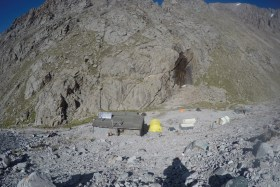 Dawna wojskowa baza alpinistyczna Racek. 3200 m.