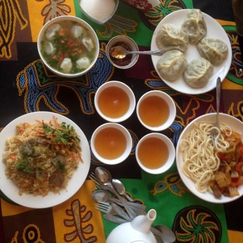 Stołowaja. Pyszności. Pielmieni, manty, płow i lagman. Standard kirgiskiej kuchni.