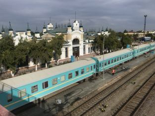 Czekamy w Turkiestanie na pociąg. Dworzec starej daty pięknie odnowiony, pociągi - jak widać.