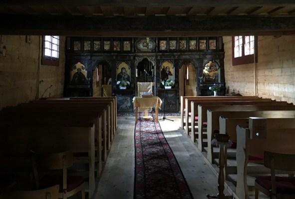 W cerkwi klimat zawsze ten sam: ciemno, a ikonostas oświetlony promieniami słońca wpadającymi przez maleńkie okienka.