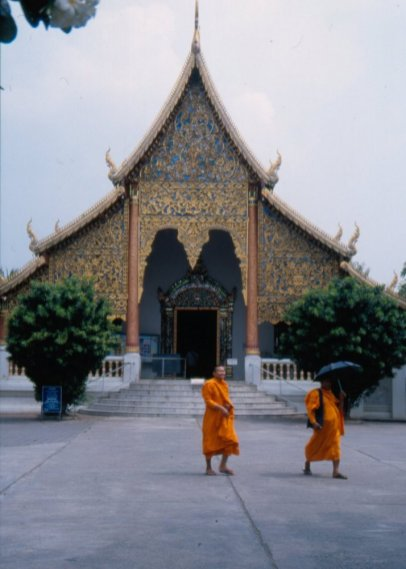 W Tajlandii jest ok. 30 tys watów (świątyń buddyjskich), ich zadaniem jest nauczanie i pomoc w drodze do nirwany, stanowią centrum edukacyjne, informacyjne, ośrodek leczenia ziołami, noclegownie dla mnichów, produkują amulety, czasami tatuują.