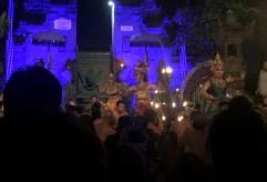 Ubud ma tę zaletę, że na terenie tutejszych świątyń odbywają się tańce balijskie. Niektóre są stricte religijne, oddające cześć bogom, inne - czysto epickie, opowiadające np. przygody Ramy, jednego z wcieleń boga Wisznu, na postawie słynnego indyjskiego eposu Ramajana.