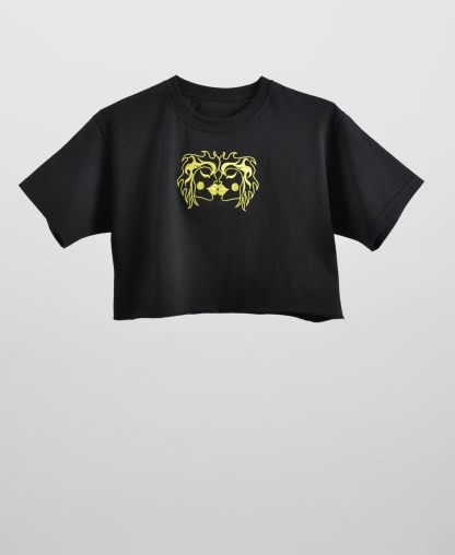 Embroidered kissing cropped t-shirt in black