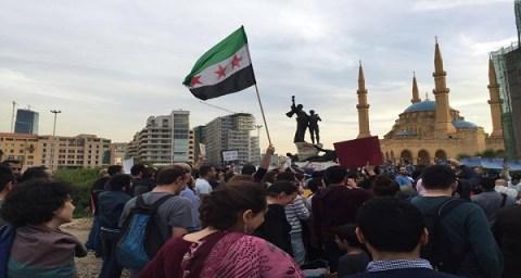 علم الثورة في ساحة الشهداء