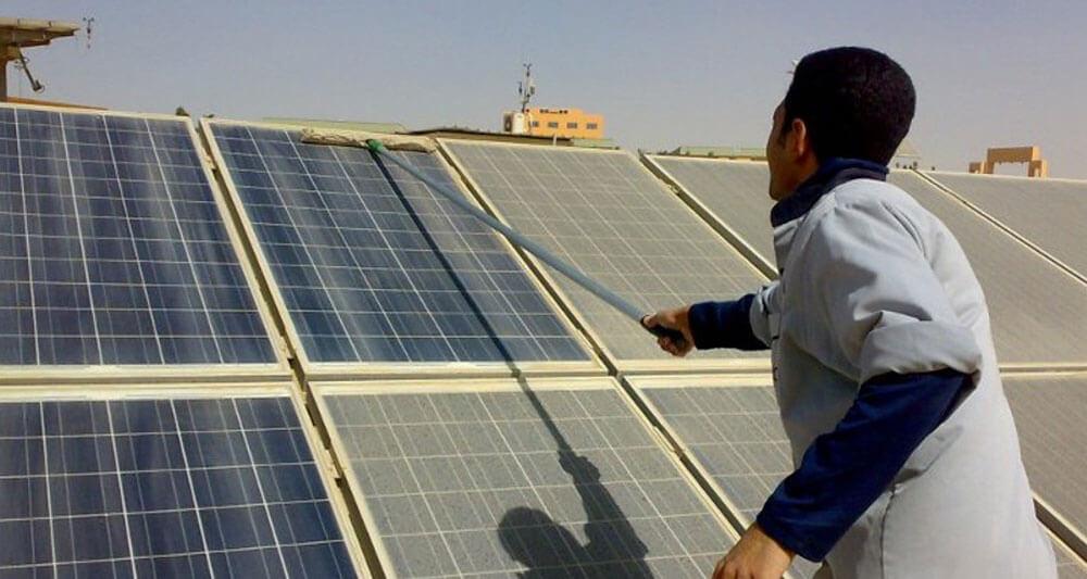 ابتكارات جديدة لتنظيف الألواح الشمسية بسرعة وإتقان دون إلحاق أي