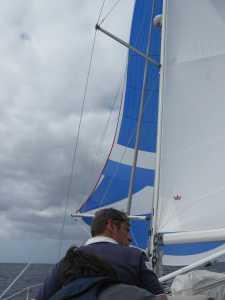 Den Spinnaker haben wir auch mal ausprobiert, aber meistens war so viel Wind, daß er nicht nötig war und der Skipper daher die zusätzlichen Probleme nicht in Kauf nehmen wollte.