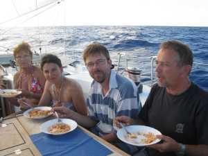 So saßen wir am späten Nachmittag im Cockpit und wurden von der Kochcrew mit Essen versorgt.