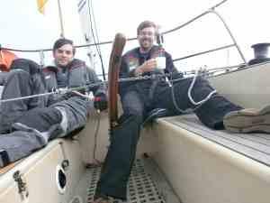 Wie man sieht, hat keiner die Hand an der Pinne und die Windsteueranlage hält das Boot so gut auf Kurs, daß wir in Ruhe Kaffee trinken können.