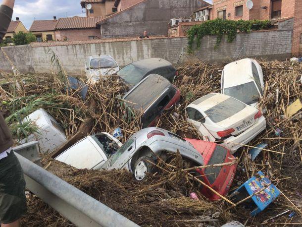 Het Spaanse dorp Cebolla in de provincie Toledo werd zaterdag 8 september geteisterd door een wolkbreuk resulterend in dit  'autokerkhof' (bron:  Batallón-T15).