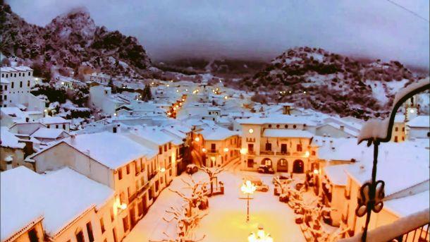 'Una maravilla' (een wonder): een besneeuwd Grazalema in de Spaanse provincie Cádiz (bron: MeteoCadiz).