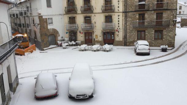 Sneeuwval in Ares del Maestrat vanochtend!  Deze plaats ligt in de regio Valencia waar het donderdag en vrijdag nog 30+ werd (bron: Adjuntament d'Ares).
