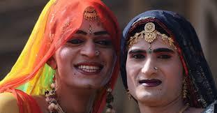 インドで深刻な「性差別」と闘うサリーを着た男の話