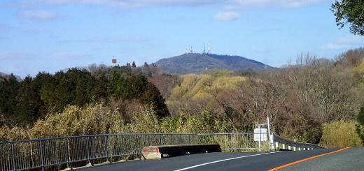 歩いてきた生駒山頂を眺める