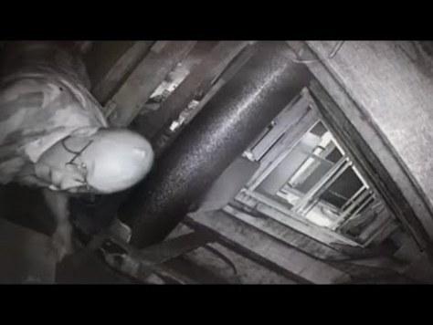 屋根裏に設置した監視カメラに隣人が!(画像は『Inside Edition 2017年8月10日公開 YouTube「Couple Catches Neighbor in Attic:'He Was Waiting for the Creep Show'」』のサムネイル)