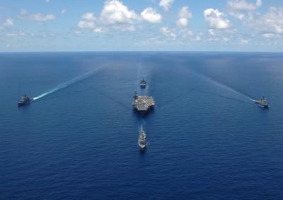 軍艦が並走