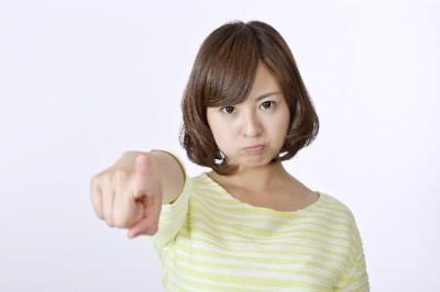 指をさす女性