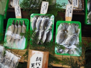 Suhe ribe na tržnici.