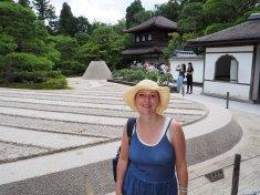 Peščeni park in Ginkakuji v ozadju.