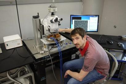 Marko za Kerr mikroskopom.