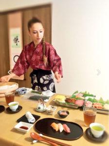 寿司を握る