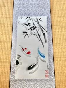 掛け軸アート 錦鯉と青い鯉と竹