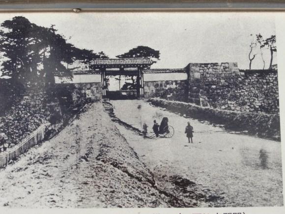 Akasaka-mitsuke approaching Akasaka-mitsuke Go-mon (Akasaka-mitsuke Gate) as it looked at the end of the Edo Period.