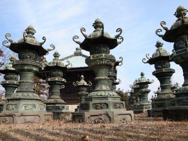 The suriviing copper lamps at Fudo-ji.