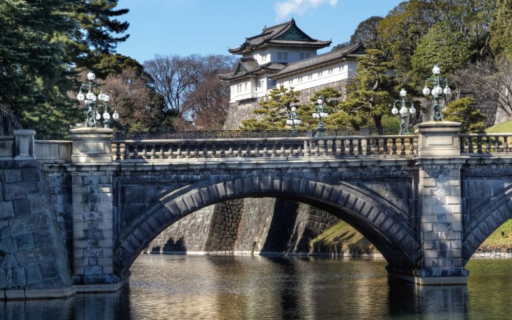 Is this bridge really called Nijubashi or the Stone Bridge? Hmmmm... let's find out!