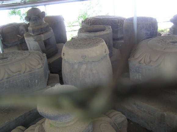 One depressing indicator of how bad things are at Kan'ei-ji... Most of the stone lanterns and other stone debris that survived isn't kept at Kan'ei-ji. It's all stored in Chiba City, Chiba Prefecture. WTF&SMH.