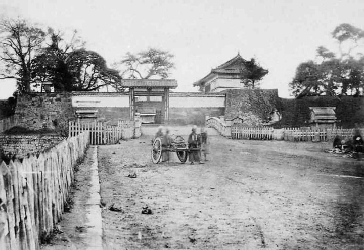 Yotsuya Gate during the Edo Period.