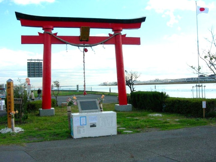 This torii marks the original location of Haneda Anamori Shrine (the shrine was removed to make room for the airport). You can see the Tama River in the background.