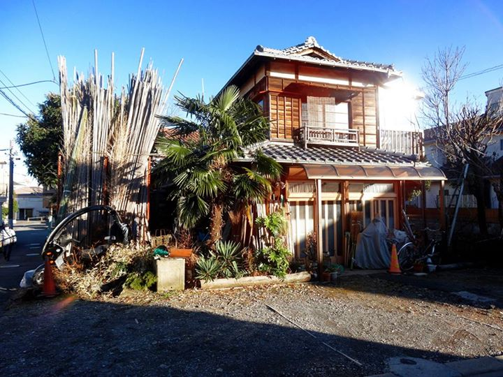 A country home in the traditional Tama style with a yard... in Tokyo. Once again, I ask. What is this magic?