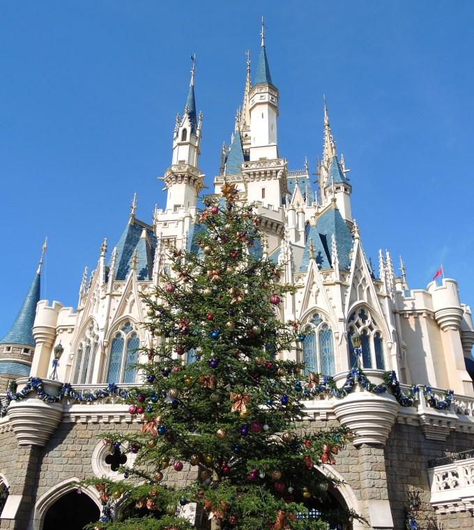 シンデレラ城とクリスマスツリー