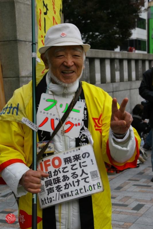 Free hugs struggle in Japan vol.2 Religion makes use of Free hugs? with Raelian flag. (5)