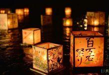 Farolillos flotando (toro nagashi) en la noche de Obon en Japón