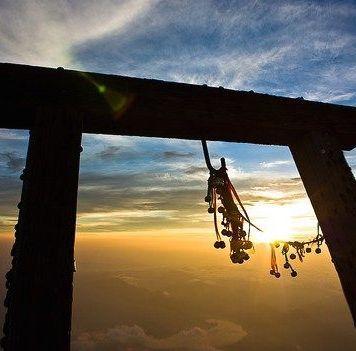 """Durante el año nuevo, 正月 (shōgatsu) en Japón, el 初日の出 (hatsuhinode, """"primera salida del sol"""") es tradición, sobre todo en pueblos pequeños"""