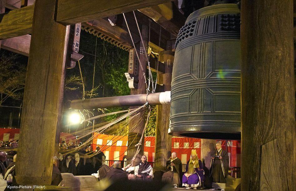 En ōmisoka (大晦日), la nochevieja en Japón, se celebra el hatsumōde (初詣), la primera visita del año al templo en Japón