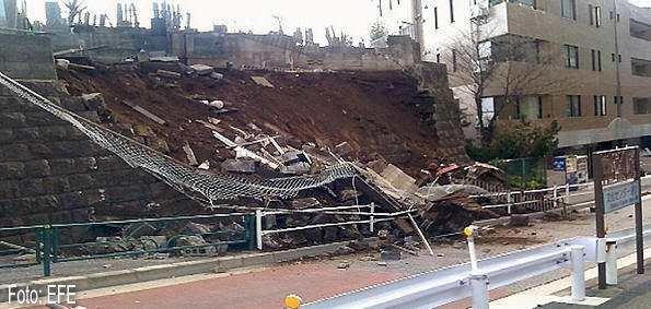 Un muro de Tokio, derruido a causa del terremoto que sacudió la costa noreste de Japón el 11 de marzo de 2011 (Foto: EFE)