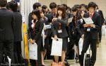 Japoneses esperando para hacer una entrevista de trabajo
